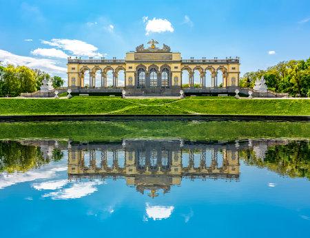 Gloriette pavilion in Schonbrunn park, Vienna, Austria Redactioneel