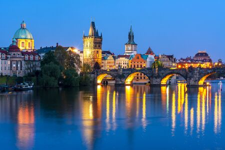 L'architecture de Prague et le pont Charles sur la rivière Vltava la nuit, République Tchèque