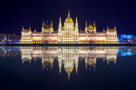 Hungarian Parliament Building at night in Budapest, Hungary Stockfoto - 151118870