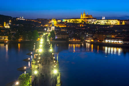 Prague Castle with St. Vitus Cathedral over Lesser town (Mala Strana) and Charles bridge at night, Czech Republic 스톡 콘텐츠