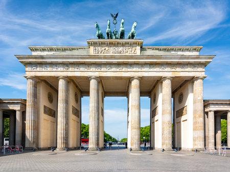 Brandenburg Gate (Brandenburger Tor) in center of Berlin, Germany 新聞圖片