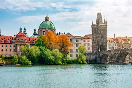 Prague cityscape with Old Town Bridge Tower and Charles bridge over Vltava river, Czech Republic Foto de archivo