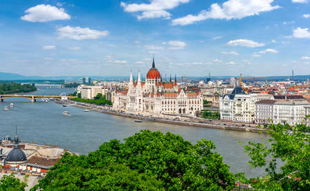 Budapest cityscape with Hungarian parliament building and Danube river, Hungary 免版税图像
