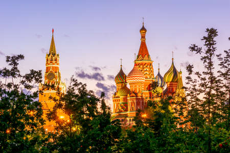 Cathedral of Vasily the Blessed (Saint Basil's Cathedral) and Spasskaya Tower of Moscow Kremlin on Red Square at sunset, Moscow, Russia 免版税图像