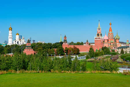 Moscow skyline with Cathedral of Vasily the Blessed (Saint Basil's Cathedral), towers of Moscow Kremlin and Ivan the Great Bell Tower, Russia 免版税图像