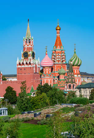 Cathedral of Vasily the Blessed (Saint Basil's Cathedral) and Spasskaya Tower on Red Square in Moscow, Russia 免版税图像