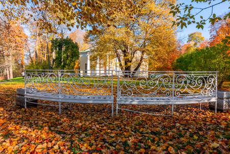 Bench at Concert Hall pavilion in autumn in Catherine park, Pushkin (Tsarskoe Selo), Saint Petersburg, Russia 免版税图像
