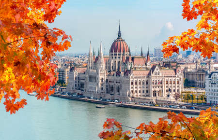 Hungarian parliament building and Danube river, Budapest, Hungary 免版税图像