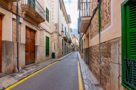 Architecture and narrow streets of Soller, Mallorca island, Spain 免版税图像