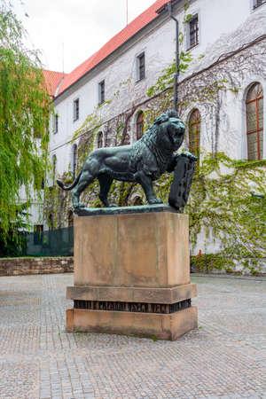 Lion sculpture in courtyard of Strahov Monastery, Prague, Czech Republic 免版税图像
