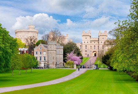 Long walk to Windsor castle in spring, London suburbs, UK Redactioneel