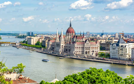Budapest cityscape with Hungarian parliament building and Danube river, Hungary Redactioneel