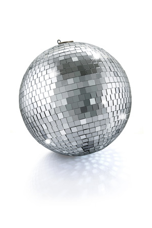 balón: bola de espejos de discoteca aislados sobre fondo blanco