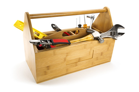 herramientas de carpinteria: Caja de herramientas de madera con herramientas aisladas en blanco
