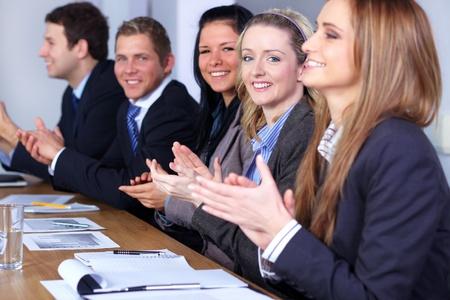 aplaudiendo: Negocios equipo aplaudiendo durante su reunión, se centran en rubia mujer sonriendo Foto de archivo
