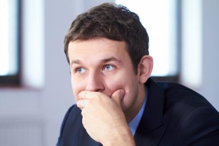 hombre preocupado: Joven hombre de negocios estresado y preocupado, mirando a otro lado, la expresi�n de la cara triste.