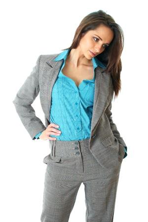 naar beneden kijken: jonge aantrekkelijke vrouwelijke blik naar beneden, draagt elegante blauw shirt en grijs pak, geïsoleerd op witte achtergrond