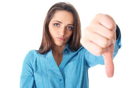 decepción: youngh mujer pulgares muestra descontenta y decepcionada por el gesto, aislado en blanco