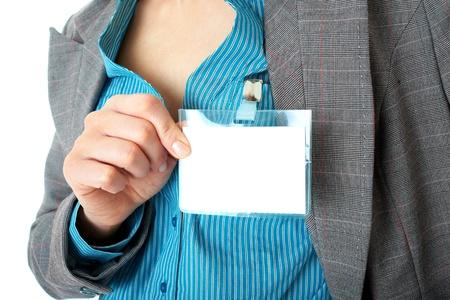 vrouwelijke kant houdt leeg naam badge, draagt blauw shirt en grijs pak