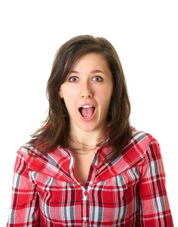 boca abierta: mujer en shock y sorprendida joven en camisa roja sobre fondo blanco
