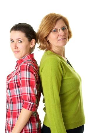 madre e hija: feliz madre y su hija de pie espalda con espalda, sobre fondo blanco