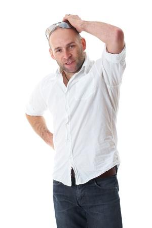 head wear: giovane scratch maschio attraente la testa, confuso, indossare camicia bianca e jeans, isolato su bianco