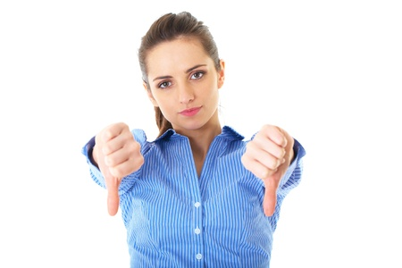 decepción: youngh descontentos y decepcionados femenino muestra los pulgares hacia abajo gesto, aislado en blanco