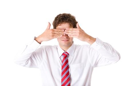ojos cerrados: j�venes atractivos ojos masculinos la cubierta con sus manos, camisa blanca y corbata roja, el estudio de disparar aislado en blanco