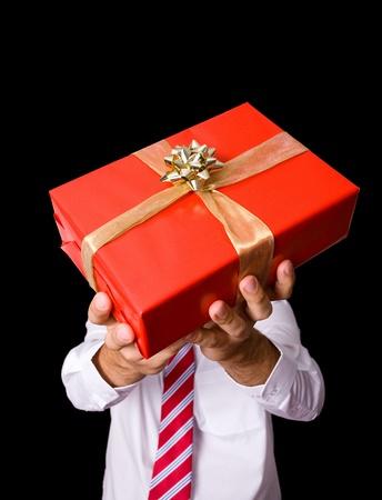 dar un regalo: mantener las manos masculinas caja de regalo rojo con la cinta del oro
