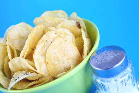 grasas saturadas: Montón de papas fritas de color amarillo y verde