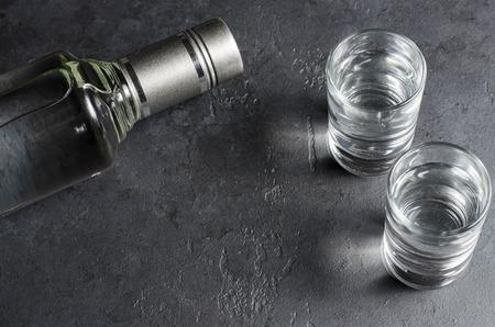 Eine Flasche Wodka und zwei Gläser. Platz kopieren Standard-Bild