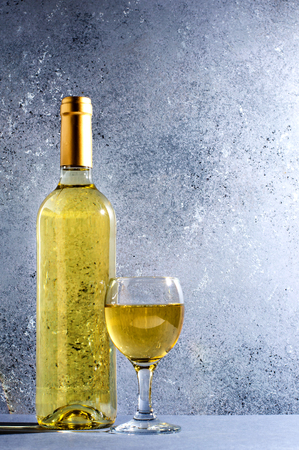 White wine in glass wine glasses, a bottle of wine. Blue background. Copy space. Banco de Imagens
