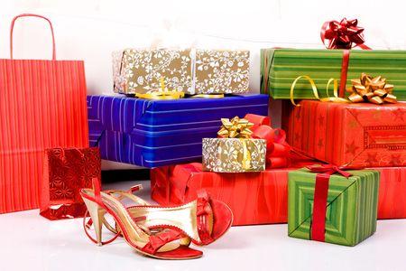 tacones rojos: Vacaciones cajas de regalo y bolsas rojas con los talones. Foto de archivo