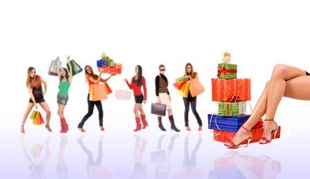 euforia: Compras por concepto sexy piernas con coloridas cajas de regalo de vacaciones y la mujer borrosa en el fondo.