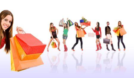 euforia: Hermosa chica de compras con bolsas de colores y la mujer borrosa en el fondo.