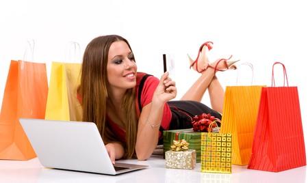 chicas comprando: Compras mujer compra por Internet con bolsas de regalos y todo.