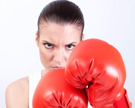 venganza: Mujer enfadada con guantes de boxeo. Foto de archivo