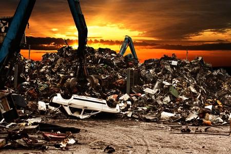 junkyard: Coche de reciclaje a la escena de dump.Dramatically en la puesta de sol.  Foto de archivo