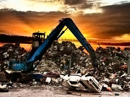 bribe: Voiture de recyclage sur la sc�ne de dump.Dramatically au coucher du soleil.