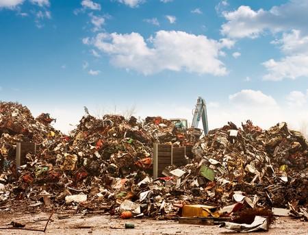 junkyard: Coche reciclado al basurero.