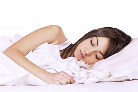 woman sleep: Retrato de la joven y bella mujer durmiendo en la cama.  Foto de archivo