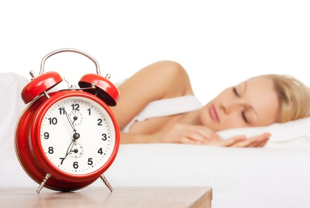 woman clock: Mujer dormida y despertador.  Foto de archivo