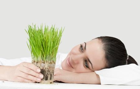 desarrollo sustentable: Retrato de mujer de negocios apoyo planta verde. Foto de archivo
