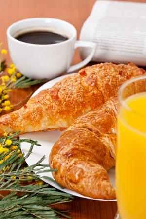 Desayuno continental con jugo de naranja y café.