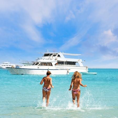 chicas divirtiendose: Dos chicas que se divierten en el mar.