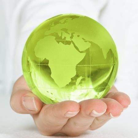 medio ambiente: Cuidado de manos humanas sobre el planeta.