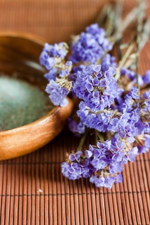Lavanda de flor de aromaterapia sobre tazón woden.