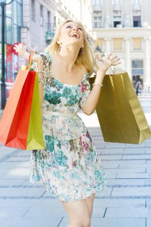 compras chica: Mujer compra con bolsas.