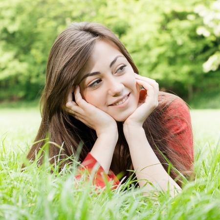 Портрет счастливой девушки расслабленной на открытом воздухе.