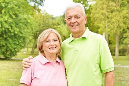 Portret van een gelukkig ouder echtpaar buiten.